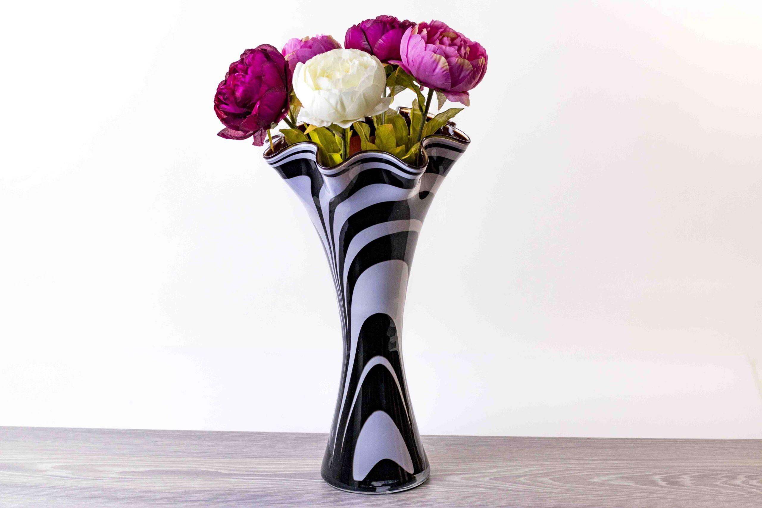 hoge vaas zebra zwart wit met rode binnenkant,