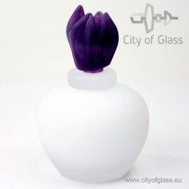 witte urn met paarse tulp