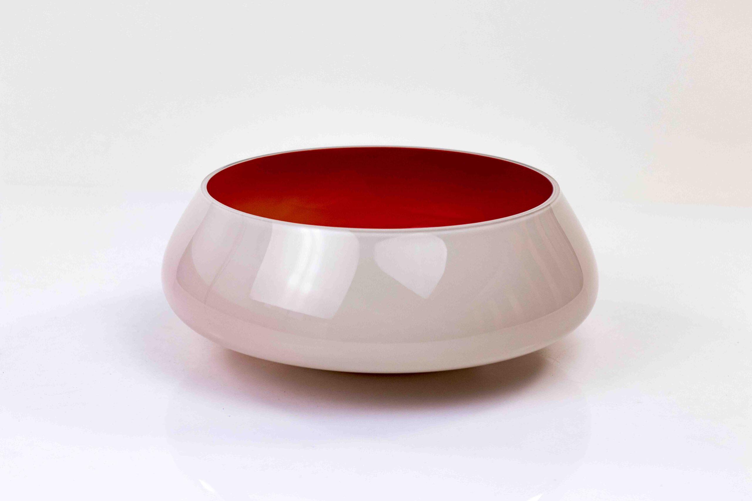 fruitschaal met rode binnenkant,