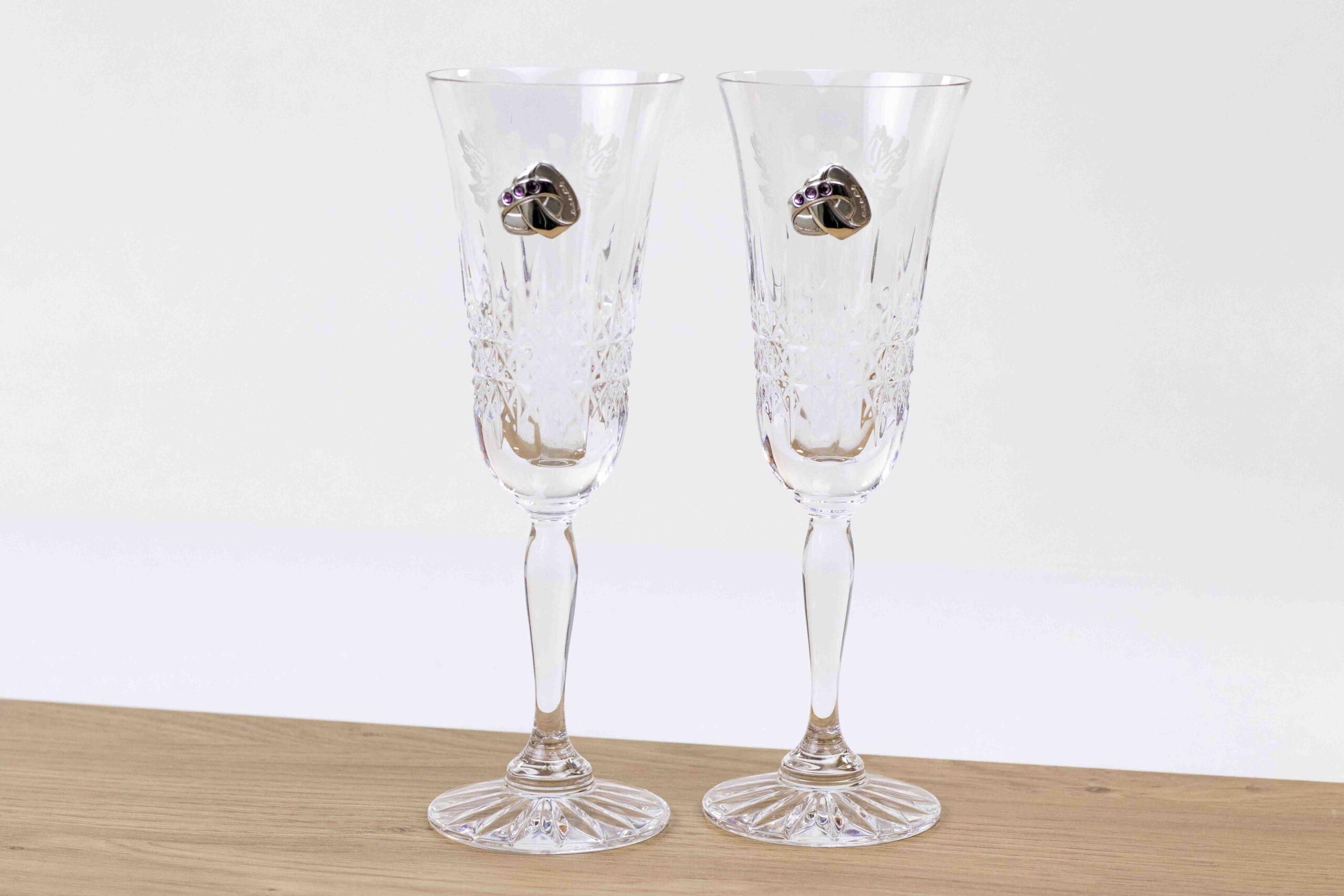 Trouwcadeau-champagneglas-met-zilveren-trouringen-en-stenen-paars--scaled.jpg