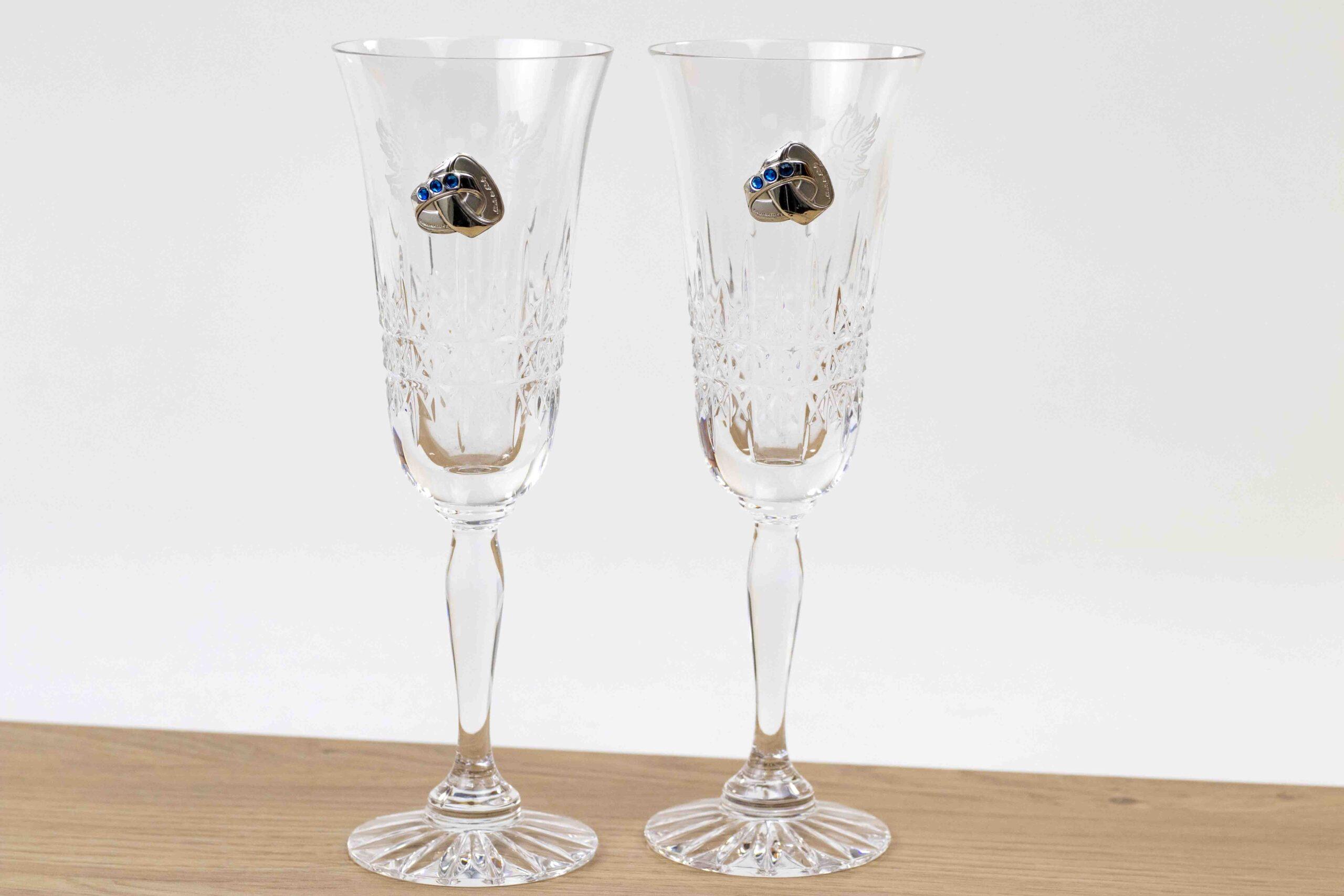 trouwcadeau champagneglazen met zilveren trouwringen,