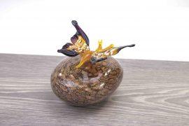 mini urn vlinder op steen,